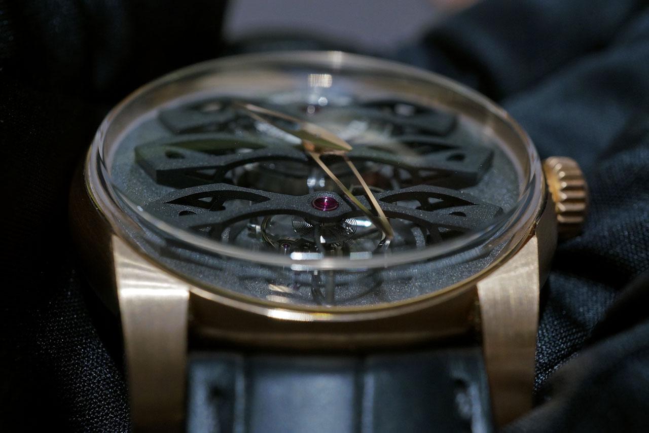 Broene og hovedplaten er designet for å gi uret en markant dybdefølelse.