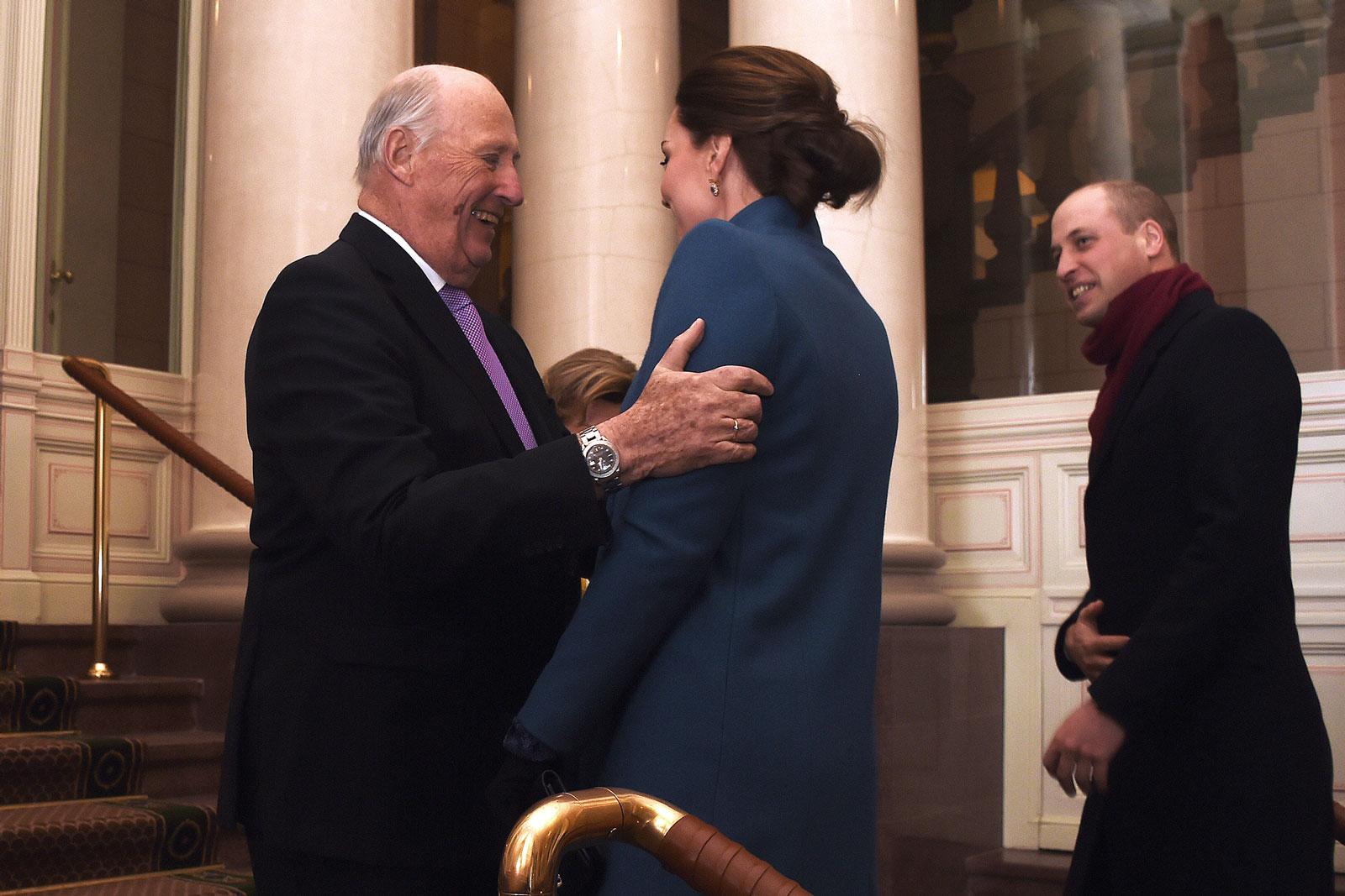 Kong Harald ønsker Hertugen og Hertuginnen av Cambridge velkommen (2018).